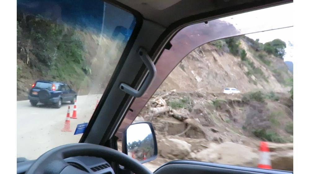 Straße vom Zyklon Neuseeland weggerissen