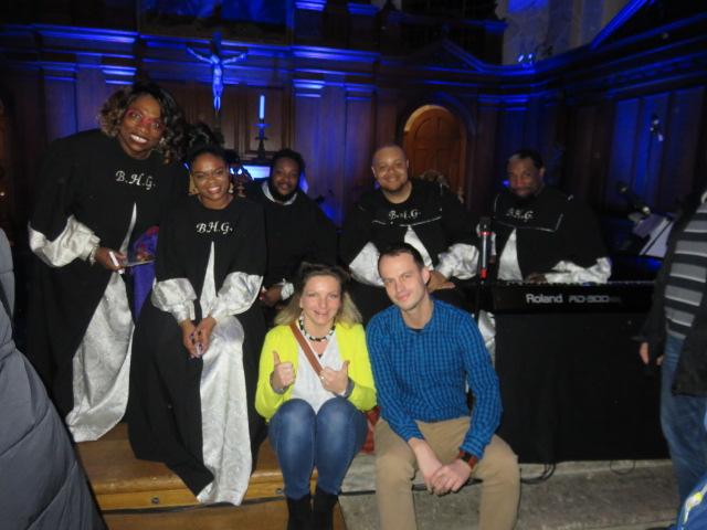 Harlem Gospel Singers und Weltforscher in einer Kirche