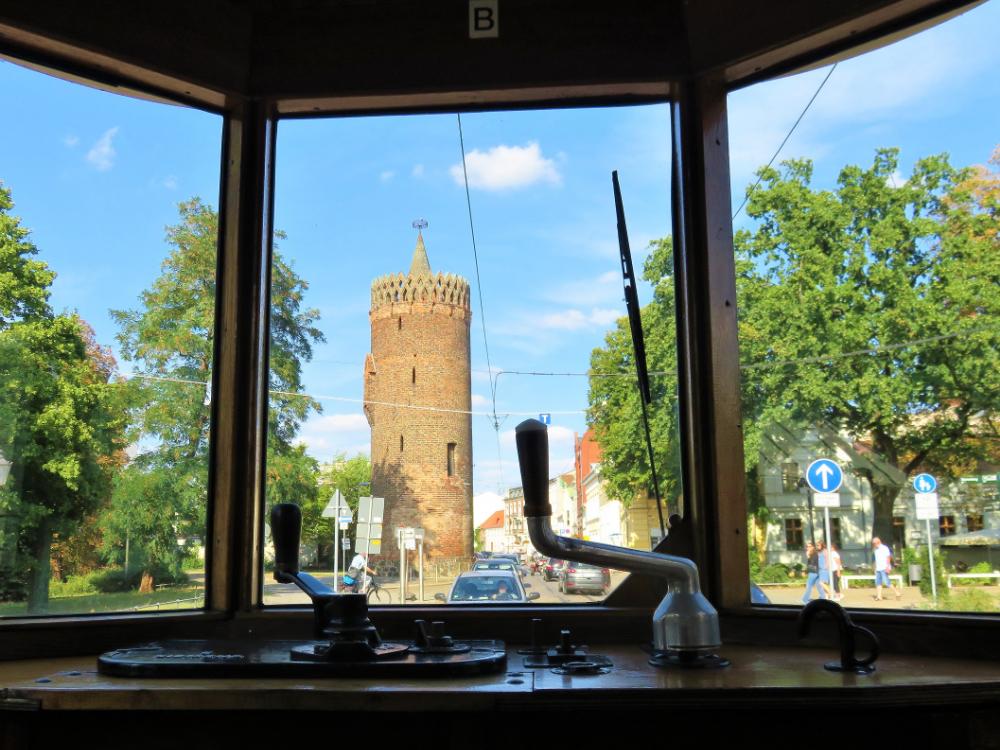Blick aus der nostalgischen Straßenbahn auf dem Plauer Torturm