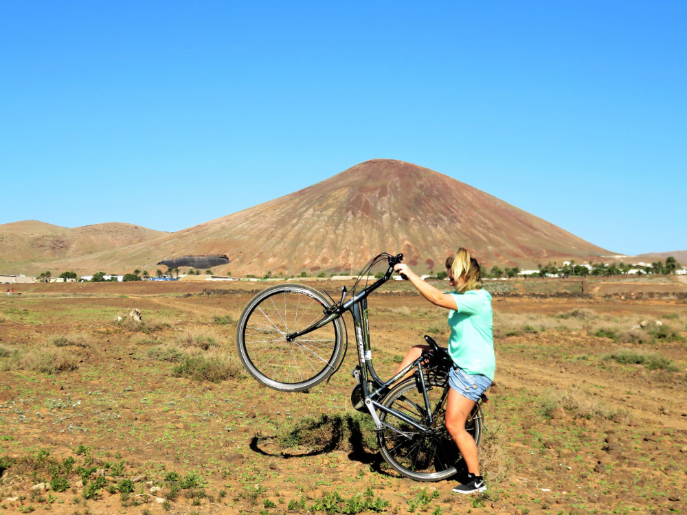 fahrradtour auf lanzarote mit vulkan im hintergrund