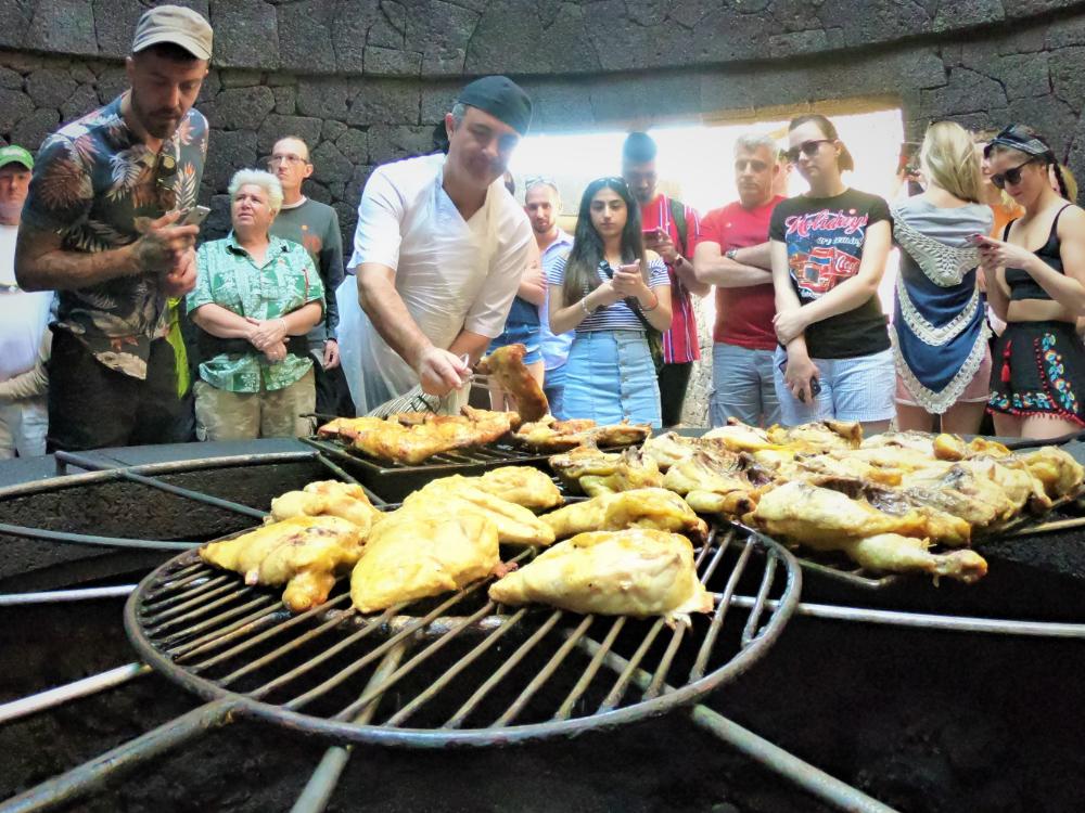 Grillrost mit Hähnchen drauf bei 600 natürliche Gradwärme