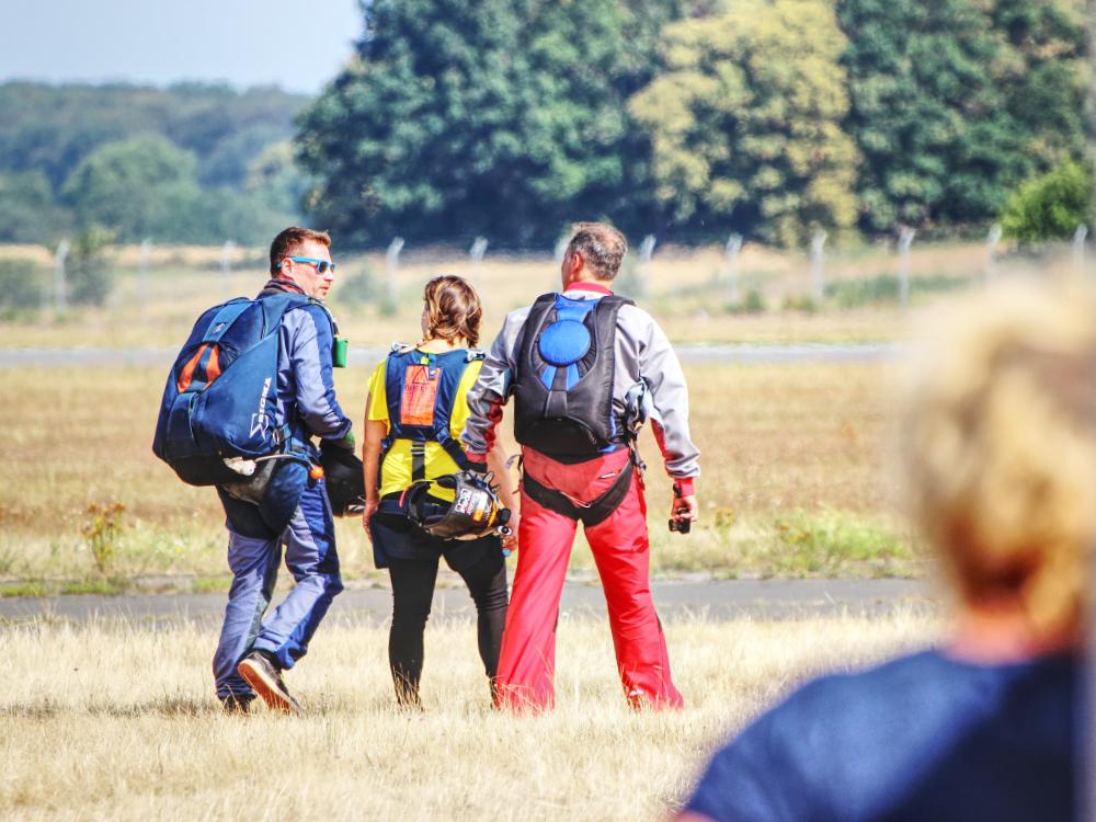 Sprunglehrer, ich und der Kameramann auf dem Weg zum Flugzeug
